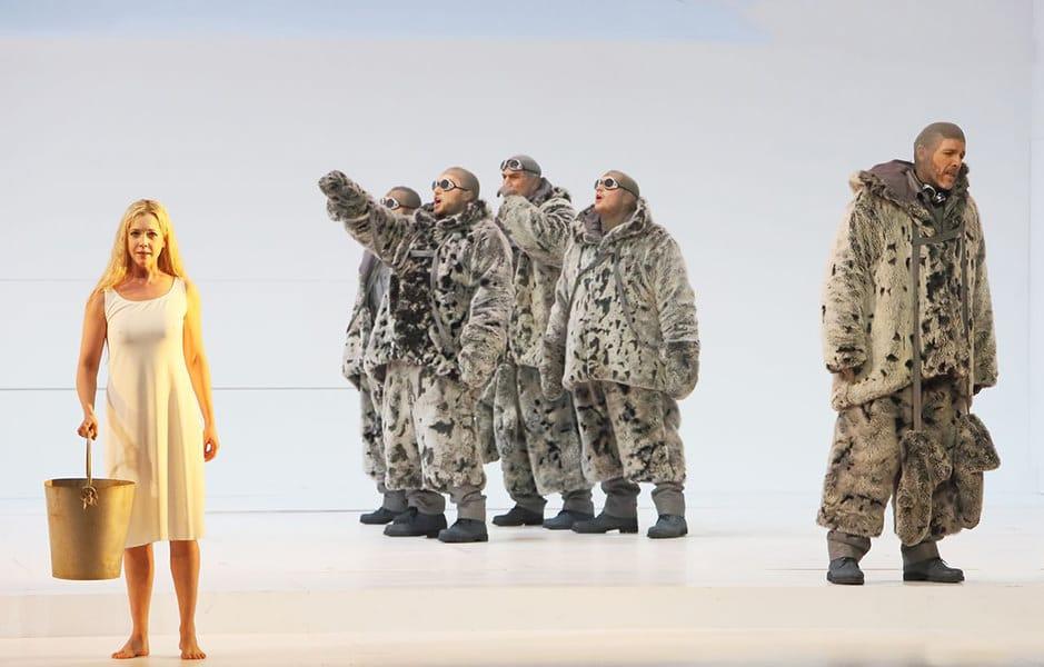 South Pole: Mojca Erdmann (Landlady), Thomas Hampson (Roald Amundsen), Team Amundsen · Photography ©Bayerische Staatsoper
