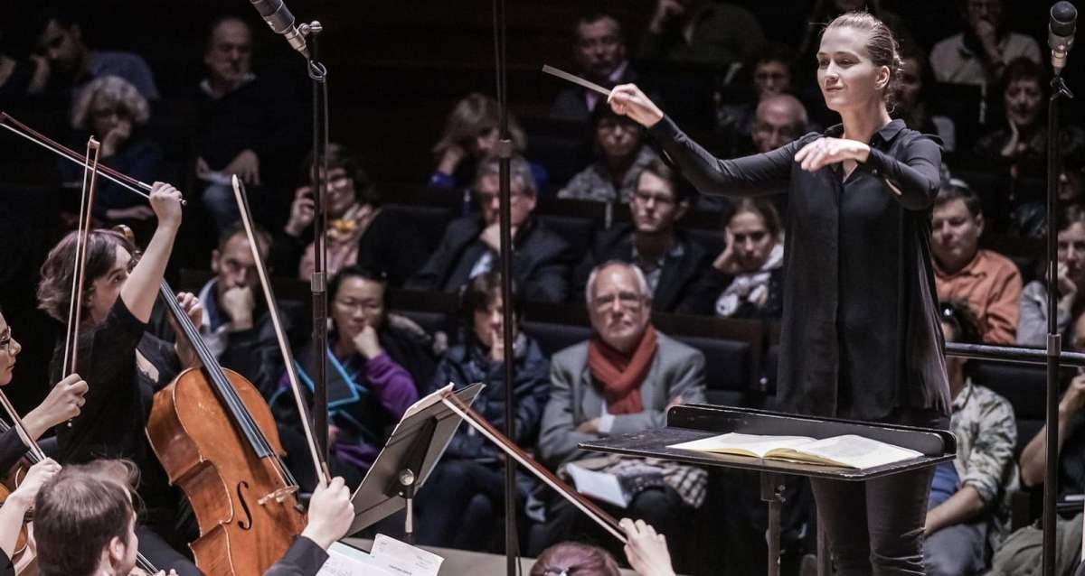 Conductor Elena Schwarz (Photo: Thomas Bartel)