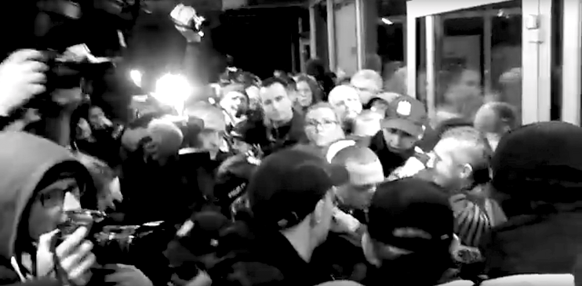 The press captures the protests at Teatr Polski in 2015.