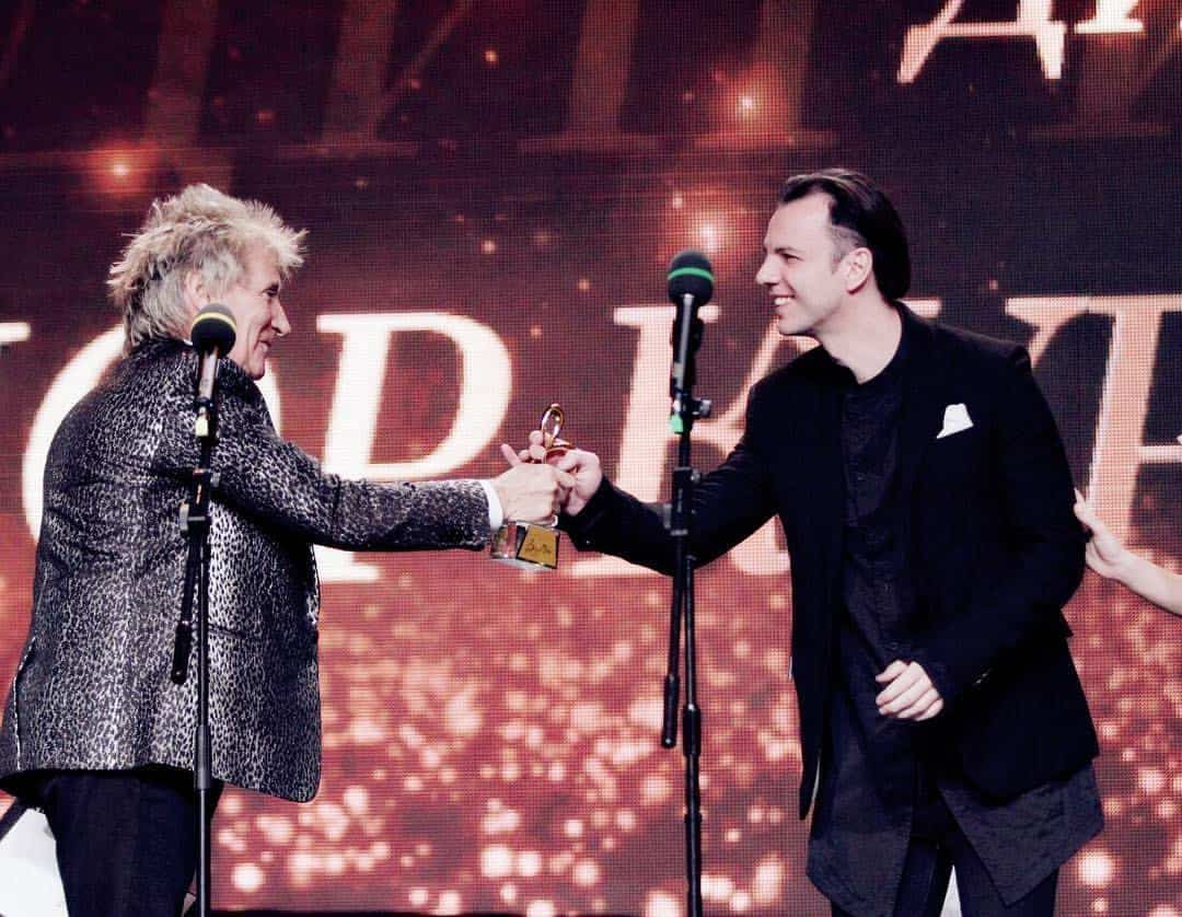 """""""This beautiful, showy event isn't my kind of format, since I come from the country"""" Teodor Currentzis receives the """"Conductor of the Year"""" prize from Rod Stewart."""