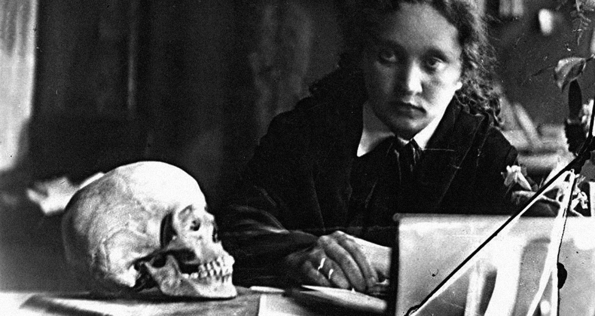 Russian pianist Maria Yudina with a skull